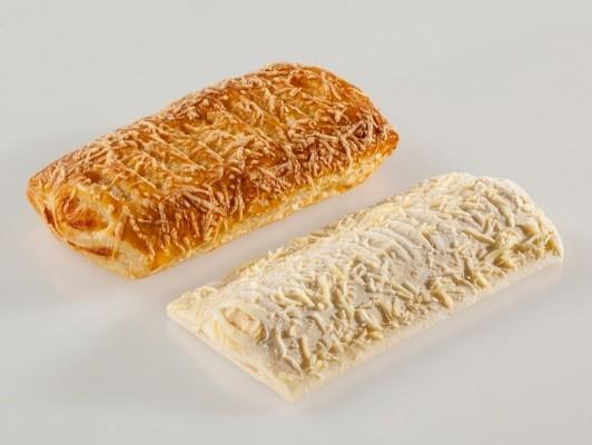 Margarine kaasbroodjes gedecoreerd met kaas